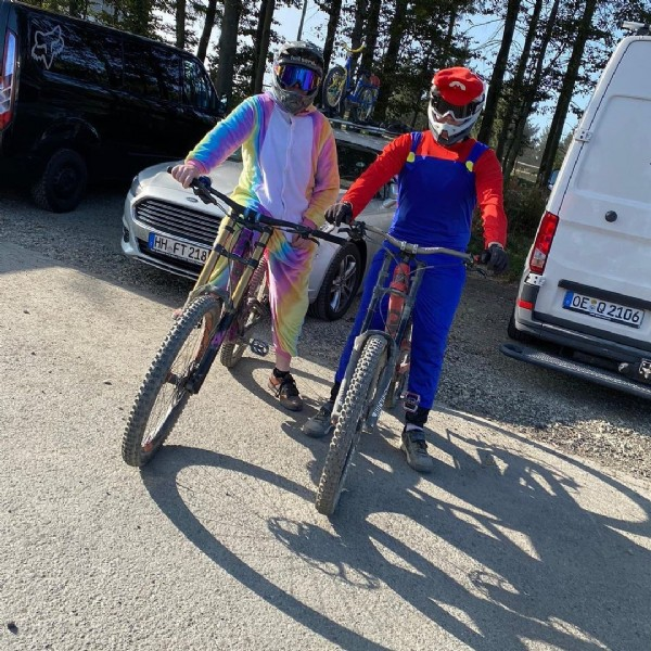 Photo by Fabii in Bikepark Winterberg with @bjoern.brt_, @bikeparkwinterberg, @hen_downhill, @joshua_riebel_, @luca.enduro, @tim_2018_, @schumacher__tim, @paule_dh, @mika._.fr, @timo._.werner03, @nils_.downhill, @tim.enduro_, @jannis_ringel, @luis_mountainbike, @mtbspezi, @road_runner_racing, @dh.justus, @fabii_downhill, @bennet_.dh, and @ferdl._.dh. May be an image of one or more people, people standing, bicycle and outdoors.