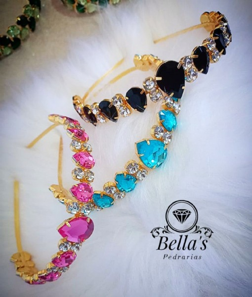 Photo by Keyla Chinelos Customizados on August 02, 2021. May be an image of jewelry and text that says 'Bella's Pedrarias'.