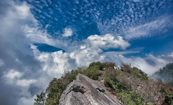 Photo by Josh Ellis in 鳶嘴山:Yuanzui Mountain. May be an image of cloud, nature and mountain.
