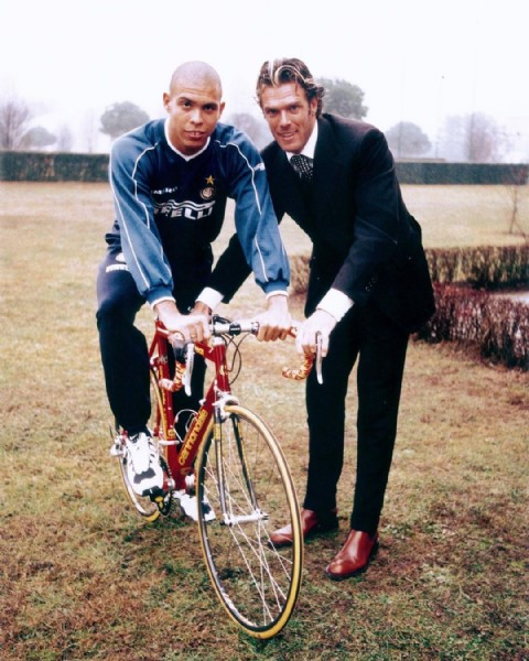 Photo by TheFutbolTimess in Inter Milano with @ronaldo, and @inter. May be an image of 2 people, people standing, bicycle and outdoors.