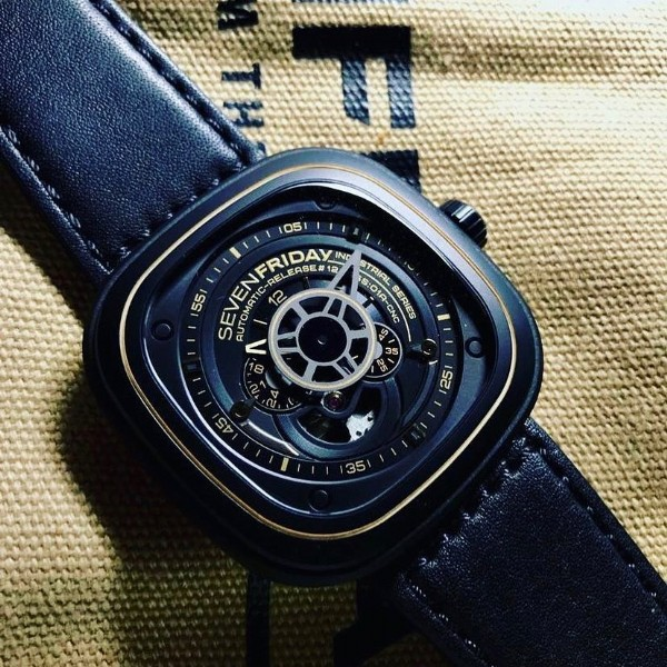 Photo by Sevenfriday Spain Official on September 22, 2021. May be an image of wrist watch.