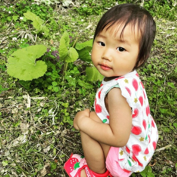 Photo by 合同会社さはりファーム on June 22, 2021. May be an image of 2 people, child, flower and outdoors.
