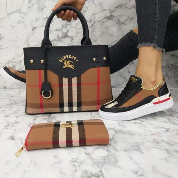 Photo by متجر ستايل التركيا on August 02, 2021. May be an image of 1 person, purse and text that says 'BURBERRY'.
