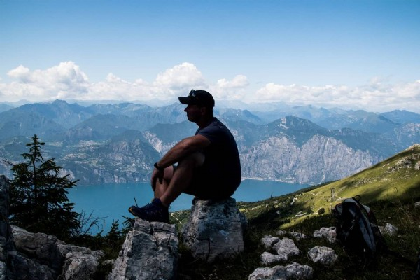 Photo by René Hache in Monte Baldo with @reisen_macht_gluecklich_, and @elbsandsteingebirglerin. May be an image of 1 person, nature and mountain.
