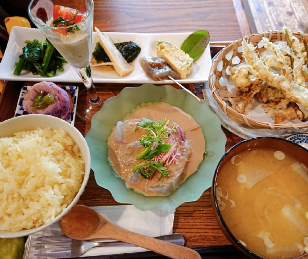 Photo by 風泉 on April 20, 2021. May be an image of food and indoor.