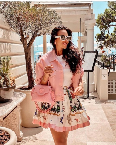 Photo shared by En Vogue With Passion on August 01, 2021 tagging @irina_cerutti. May be an image of 1 person, standing, sunglasses and outdoors.