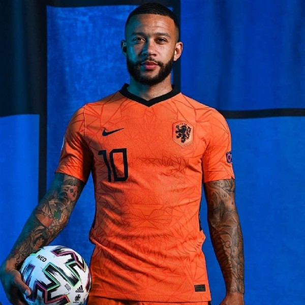 Photo shared by fcb 1899   HQ on June 11, 2021 tagging @memphisdepay. May be an image of 2 people.