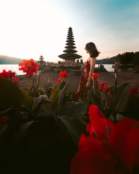 Photo by ATWisata  in Pura Ulundanu Beratan, Tabanan. May be an image of standing, flower and outdoors.