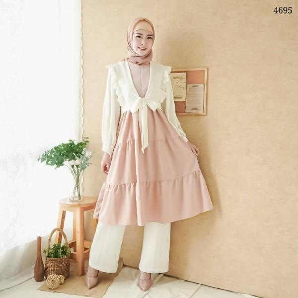 Photo by BAJU HIJAB FASHION BANDUNG on July 28, 2021. May be an image of 1 person, standing, headscarf and indoor.
