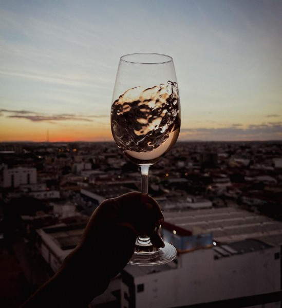Photo shared by Paula Theotonio on June 20, 2021 tagging @thayssamoraes, @cantuimportadora, @wineriaofficial, and @mondodelvinogroup. May be an image of drink and sky.