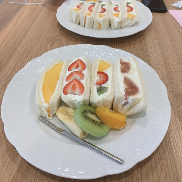 Photo by はぴかふぇ in パーラーシシド with @parlor_shishido. May be an image of fruit, dessert and indoor.