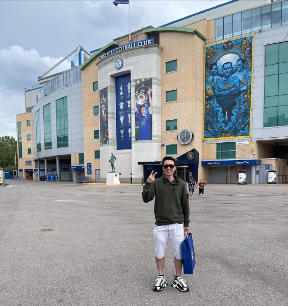 Photo by Quy Pro in Stamford Bridge. May be an image of 2 people, people standing and outdoors.