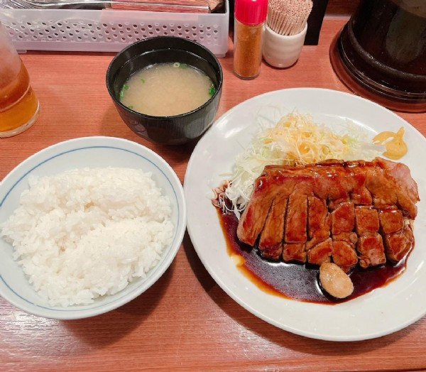 Photo by @harapekohiroki in 大阪トンテキ 駅前第三ビル店. May be an image of food and indoor.