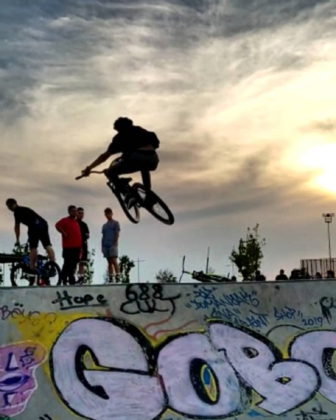 Photo by Ayberk Erdoğmuş / A&E Rider in Bostanlı Skate Park with @maxxistires, @togiji, @shimanoturkiye, @polatoktar, @firattozcn, @erendincbas, @freeride.kafasi.official, and @688cult. May be an image of one or more people, people playing sports, bicycle and outdoors.