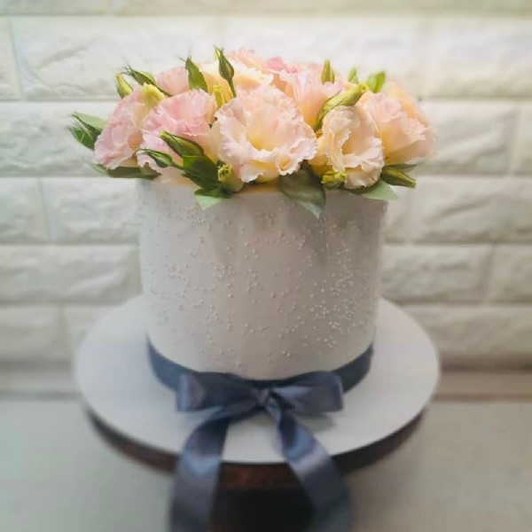 Photo by reyhane sajedi on June 19, 2021. May be an image of cake, prairie gentian, rose and indoor.