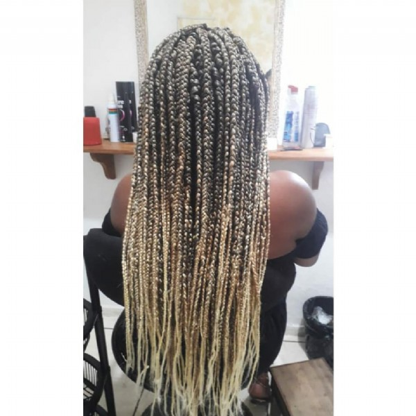 Photo by Salão Studio Braids on June 09, 2021. May be an image of one or more people and braids.