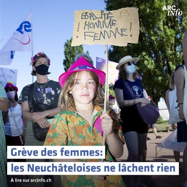 Photo by Arcinfo.ch on June 15, 2021. May be an image of 2 people, people standing, outdoors and text that says 'ARC INIO ROMEE! BA T HOMME Grève des femmes: les Neuchâteloises ne lâchent rien À lire sur arcinfo.ch'.