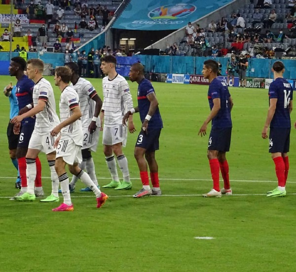 Photo by Ma Vie de Supportrice ⭐⭐ in Allianz Arena München with @equipedefrance, @kimpembe3, @adrienrabiot_25, @euro2020, @raphaelvarane, and @paulpogba. May be an image of 5 people, people standing, people playing sports, stadium and outdoors.