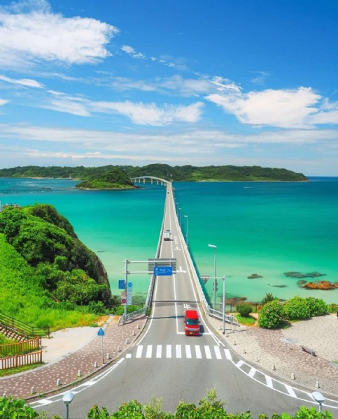 Photo by Japão Online in 角島大橋 with @j.carlosteles, and @giapponizzati. May be an image of bridge, road, body of water and nature.