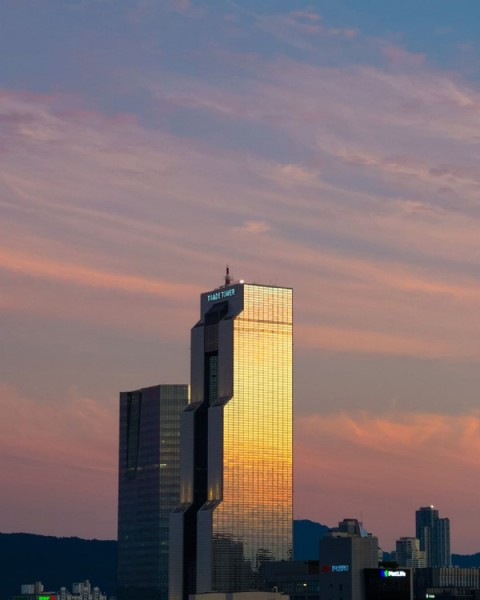 Photo by OJE on July 31, 2021. May be an image of twilight, sky and skyscraper.
