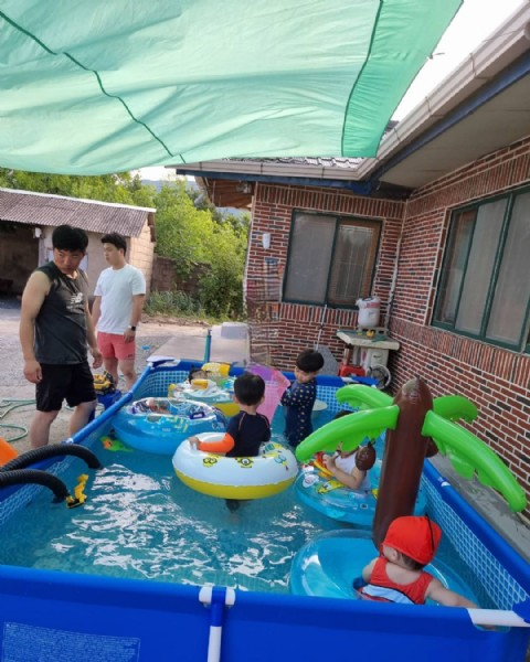 Photo by 우야랑진이랑♡ on July 31, 2021. May be an image of 1 person, child, standing and pool.