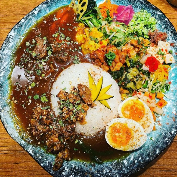 Photo shared by スパイスカレーメモ on June 14, 2021 tagging @botani_curry. May be an image of food and indoor.
