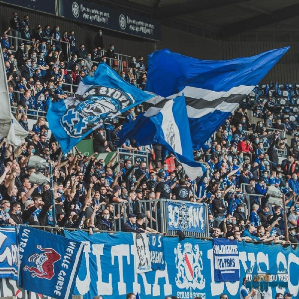 Photo by AU COEUR DU RCS in Strasbourg, France with @rcsa, and @ligue1ubereats. May be an image of 3 people, outdoors, crowd and stadium.