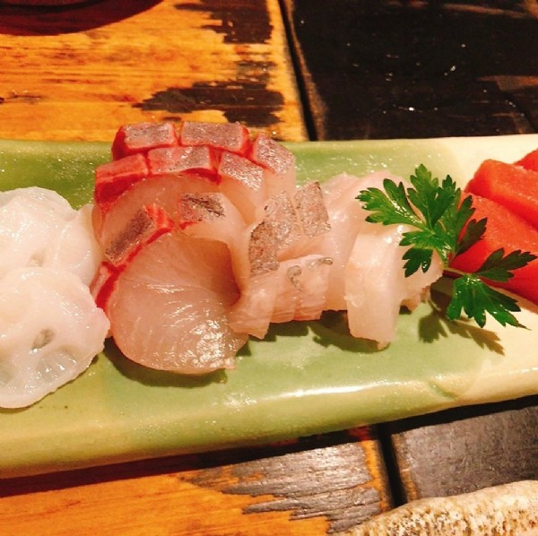 Photo by ミナミの飯王【大阪グルメ】 on June 17, 2021. May be an image of sashimi and indoor.