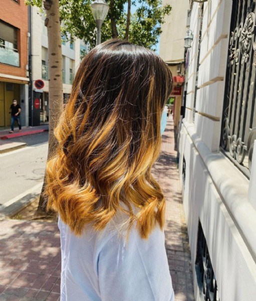Photo by MANUEL SERRANO PELUQUERÍAS on June 12, 2021. May be an image of one or more people, long hair and outdoors.