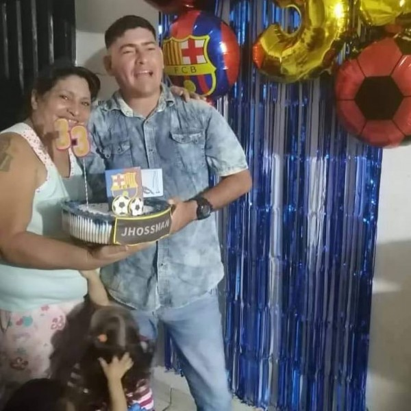 Photo by Jhossman Gustavo Rojas on June 22, 2021. May be an image of 2 people, people standing, balloon, cake and indoor.