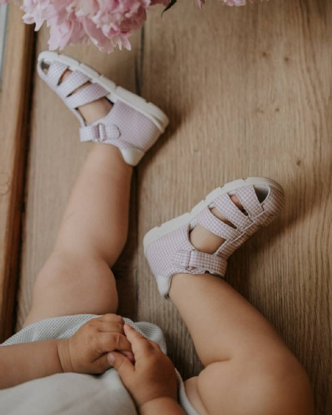 Photo by TopTop Bambini on June 22, 2021. May be an image of child and sandals.