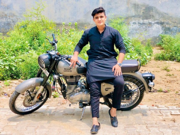 Photo by MOHAMMAD ANAS  on June 18, 2021. May be an image of 1 person, motorcycle and outdoors.