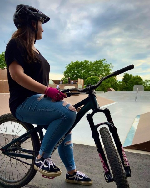 Photo by Sanne Winters in Bürgerpark with @foxwomens, @rose_bikes, @reversecomponents, and @fisthandwear_europe. May be an image of standing, bicycle and outdoors.
