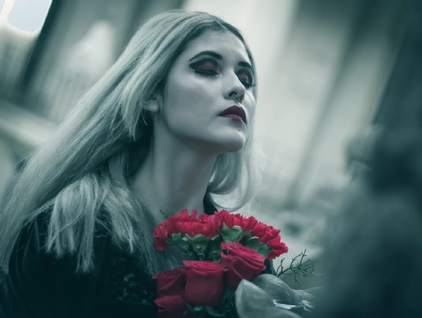 Photo by Ivan Criado in Cementerio Catolico with @paz_zzz. May be a closeup of 1 person and rose.