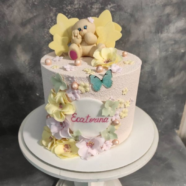 Photo by Patiseria Briose on June 16, 2021. May be an image of cake, flower and text that says 'Ecaterina'.