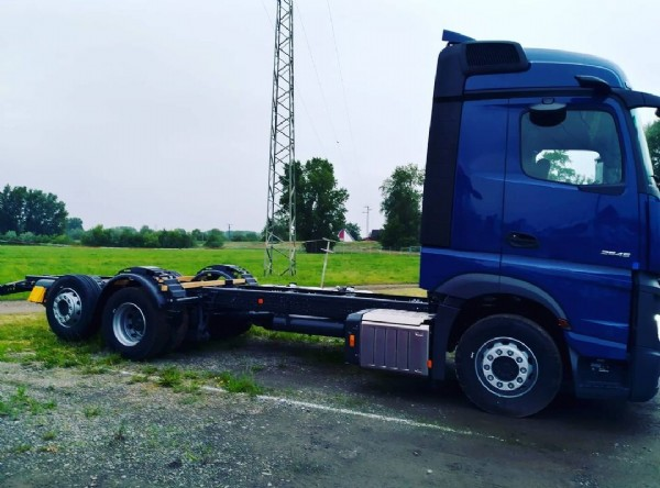 Photo shared by haal-transfer on June 06, 2021 tagging @mercedesbenz_de, @actros_team, @daimlertrucksbuses, and @team_actros. May be an image of 2 people and outdoors.