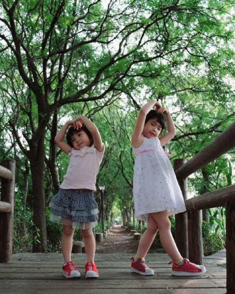 Photo by 陳伯豪 in 東豐鐵馬綠色走廊. May be an image of 2 people, child, people standing, outdoors and tree.