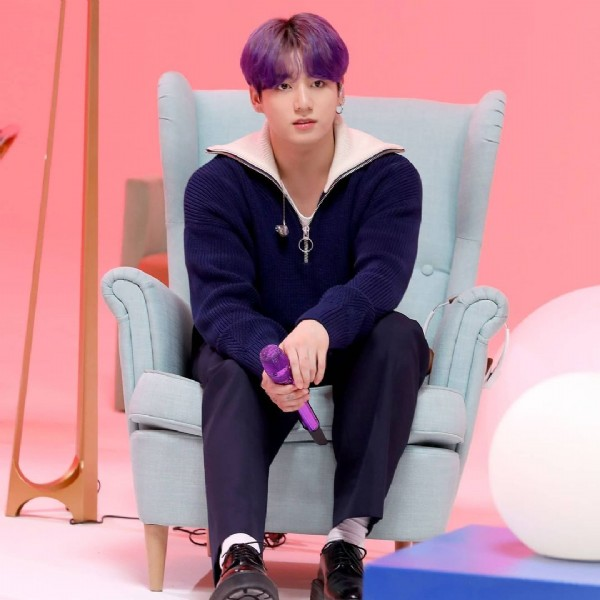 Photo shared by Cuenta de army on June 08, 2021 tagging @bts.bighitofficial, and @jungkook_bighitentertainment. May be an image of 1 person and indoor.