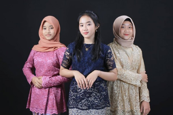 Photo by LJ photo studio cilacap in LJ Studio & cafe Cilacap. May be an image of 3 people, people standing and headscarf.