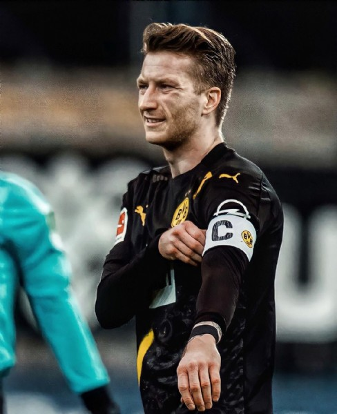 Photo shared by BVB & Marco Reus Fanpage on June 09, 2021 tagging @marcinho11, @bvb09, and @bvbmarcoreuss. May be an image of 1 person and standing.