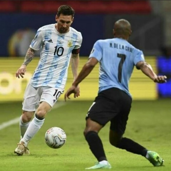 Photo by Lionel Andrés Messi  in Estádio Nacional de Brasília Mané Garrincha with @leomessi, and @afaseleccion. May be an image of 1 person, grass and stadium.