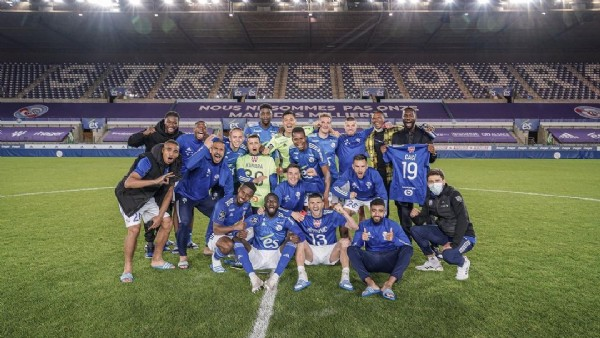 Photo by Stefan Mitrovic in Stade de la Meinau with @rcsa. May be an image of 10 people and people standing.