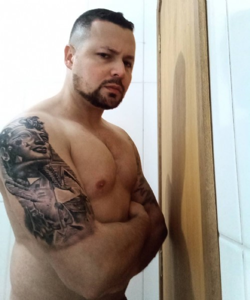 Photo by Pierre Barcellos in Cruz Alta, Rio Grande Do Sul, Brazil. May be an image of 1 person, tattoo, biceps, beard and indoor.