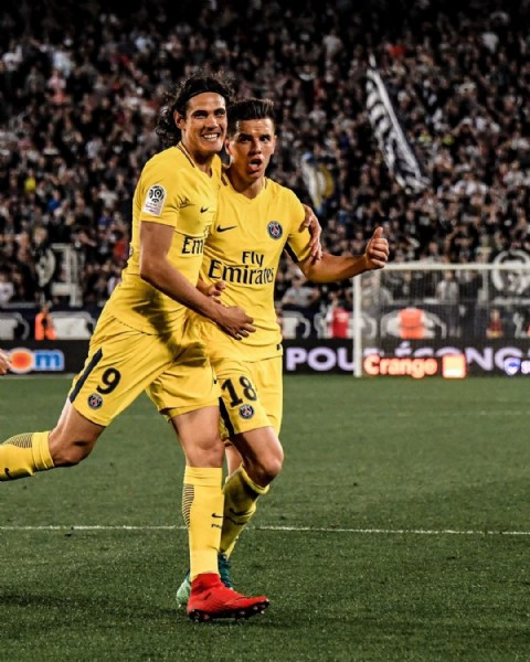 Photo shared by Ligue 1 Uber Eats on June 18, 2021 tagging @psg, @locelsogiovani, and @cavaniofficial21. May be an image of 2 people, people playing sports and outdoors.