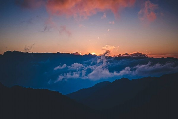 Photo by 耀 on August 02, 2021. May be an image of nature, cloud, mountain and twilight.