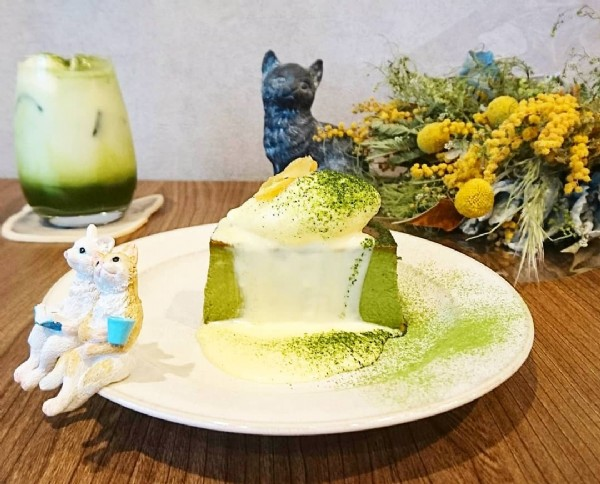 Photo shared by 大阪(天満・天満橋 カフェ)自家焙煎珈琲   猫じた珈琲 on June 18, 2021 tagging @nekojitacoffee. May be an image of dessert and indoor.