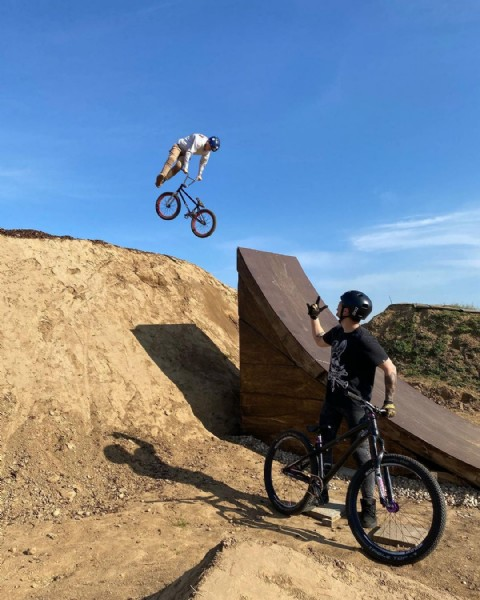 Photo by vinniejanssens in Niederkrüchten-Elmpt with @hopetech, @nextbikeparts, @mastersofdirt, @fisthandwear, @pocsports, @schwalbetires, @redbullbe, @dartmoor_bikes, @fifty_wood, @fastlineindustries, @fynnlachmann_bmx, @fasthouse_bike, @roeters.pro, @drukhuis, and @fisthandwear_europe. May be an image of one or more people, people riding bicycles, bicycle and outdoors.