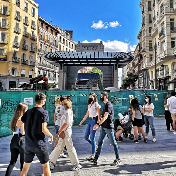 Photo by Vida de Madrid in Gran Via. May be an image of 1 person, walking, standing and street.