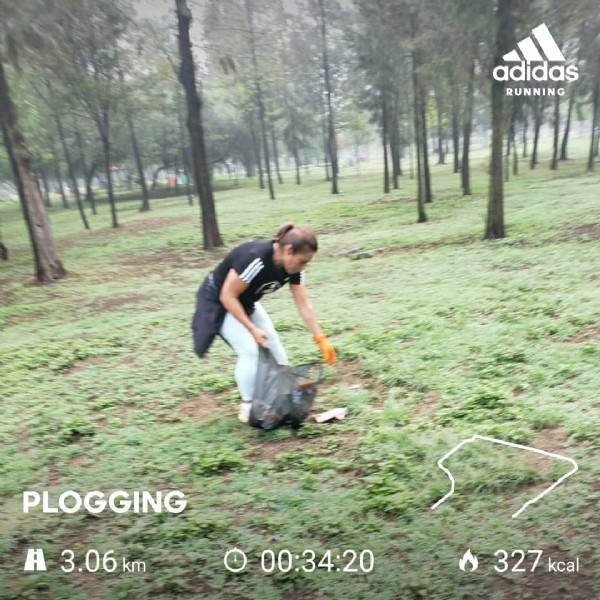 Photo by Virginia Hernández on June 13, 2021. May be an image of standing, outdoors and text that says 'adidas RUNNING PLOGGING A 3.06 km 000:34:20 00:34:20 327 kcal'.