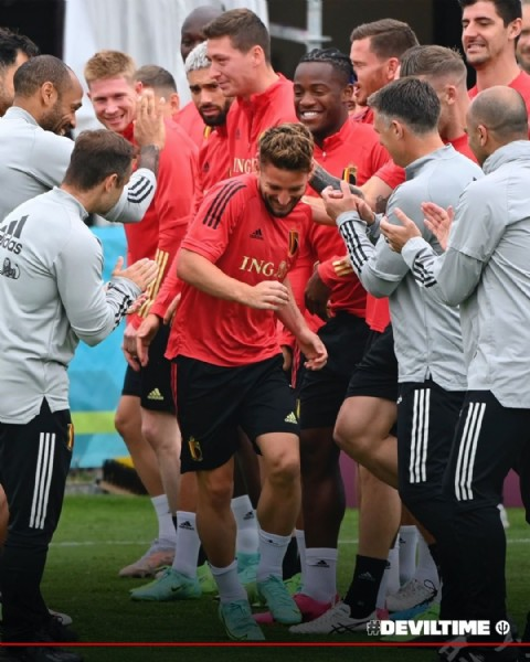 Photo shared by Belgian Red Devils on June 19, 2021 tagging @kevindebruyne, @driesmertens, @thibautcourtois, @hansvanaken20, @yannickferreiracarrasco, and @mbatshuayi. May be an image of 7 people, people standing and outdoors.